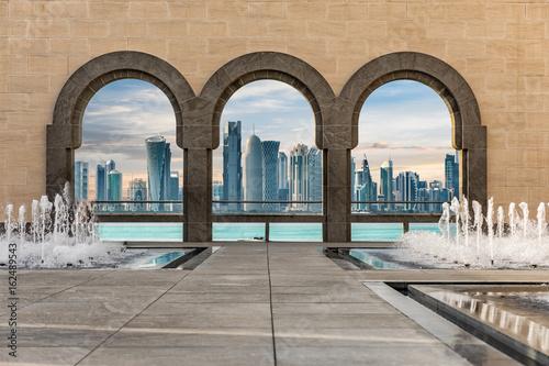 Plakat Skyline Doha, Katar, postrzegane przez łuki architektury arabskiej