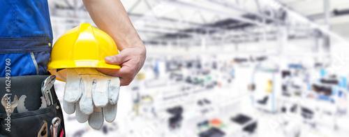 Photo Beruf Industriearbeiter mit Ausrüstung in einer Fabrikhalle