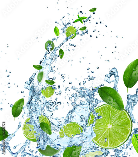 Foto op Aluminium Opspattend water Fresh limes with water splash on white.