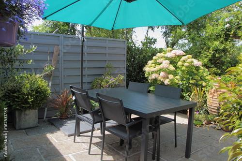 Terrasse fleurie avec salon de jardin – kaufen Sie dieses Foto und ...