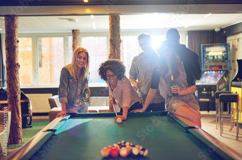 Tableau sur Toile Friends in game room playing pool