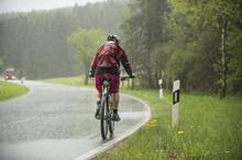 Mann Fährt Auf Dem Fahrrad Im...