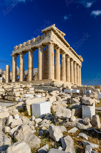 Poster Athene Parthenon temple on a bright day. Acropolis in Athens, a popular tourist destination and historical landmark in Greece.