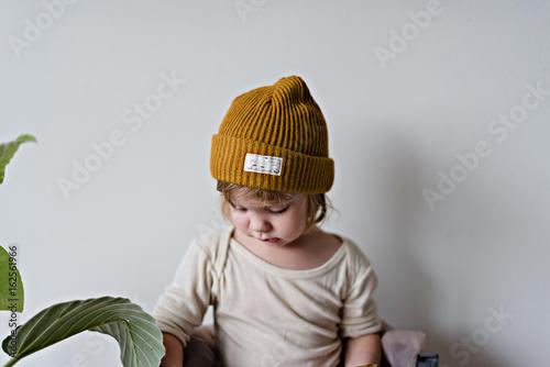 Kind mit gelber Mütze