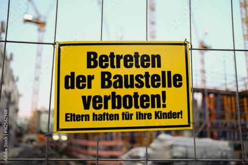 Fotografía  Betreten der Baustelle verboten - Eltern haften für ihre Kinder
