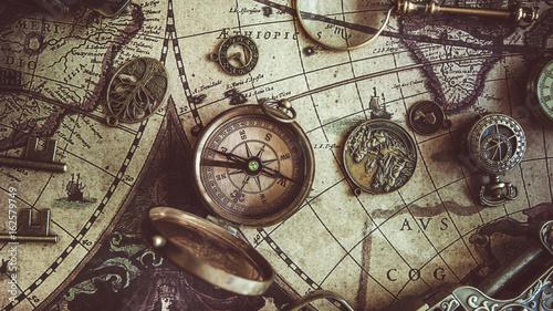 Obraz na płótnie Kompas na mapie świata starożytnego
