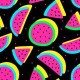 Wektorowego bezszwowego arbuza kolorów szalony owocowy wzór. Plastry arbuza. Bardzo jasne kolorowe tło kreskówka (tapeta, tkanina). Dziecinny styl, abstrakcyjna pop-art - 162590713