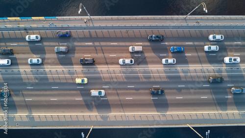 antena-widok-z-gory-ruchu-drogowego-mostu-samochodowego-wielu-samochodow-koncepcja-transportu