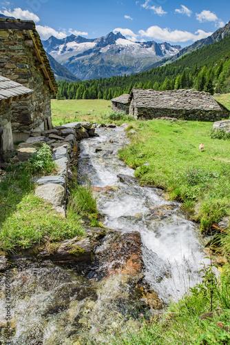 gorski-potok-na-tle-wysokich-gor-w-pogodny-dzien