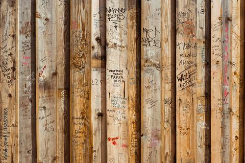 Fotografie, Obraz  planche bois tag graffiti inscription nom message couple amoureux