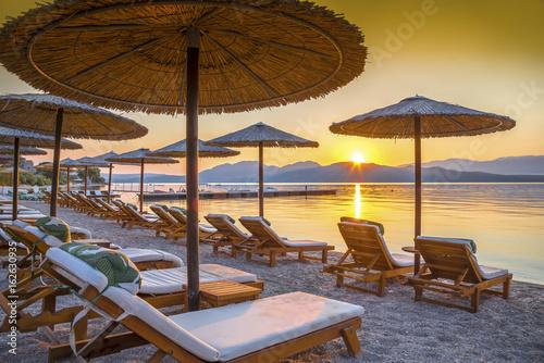 Zdjęcie XXL Piękny wschód słońca nad plażą w Corfu wyspie w Grecja ,.