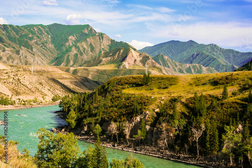 gorska-rzeka-z-turkusowa-woda-w-poblizu-lasu
