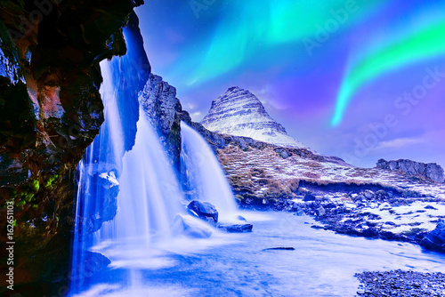 Poster Aurore polaire View of the northern light at dusk over Kirkjufell Mountain in Iceland.