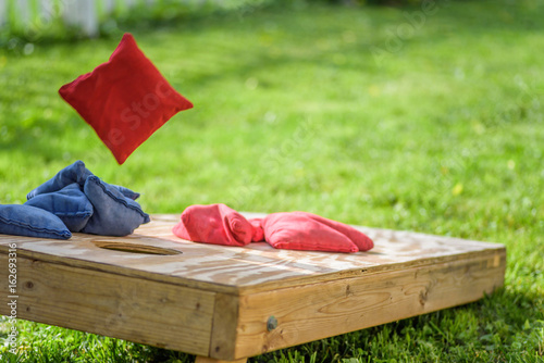 playing cornhole game outside in summer Fototapet