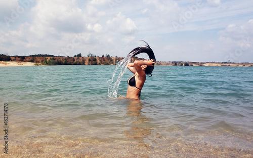 frau beim baden im see / Meer Stock-Foto   Adobe Stock