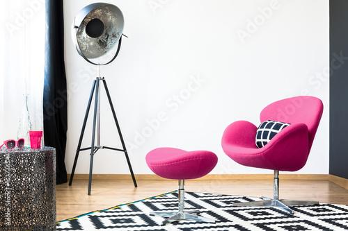 Foto op Canvas Zwaan Pink armchair and stool