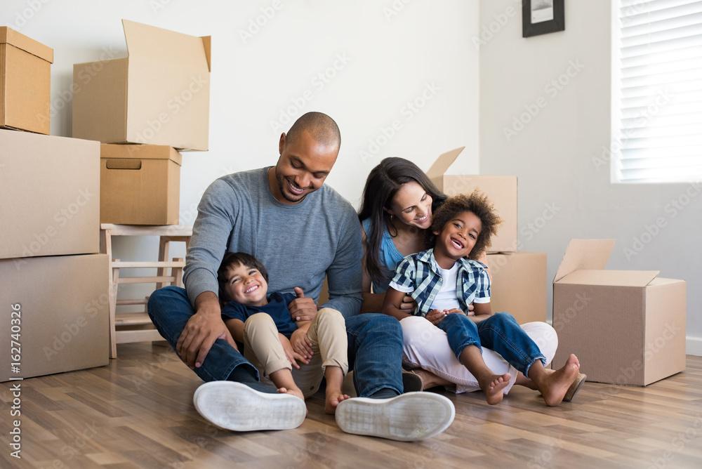 Fototapety, obrazy: Family moving home