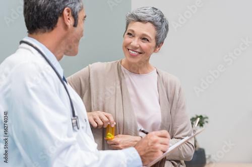 Fotografia  Patient and doctor talking