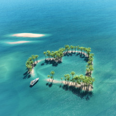 Fototapeta na wymiar Heart-shaped tropical island