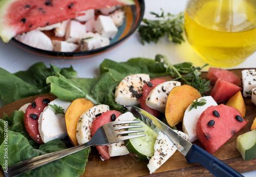 Tuinposter Voorgerecht Sommerliche Vorspeise mit Wassermelone und Mozzarella