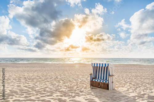 Poster North Sea Einzelner Strandkorb bei Sonnenuntergang