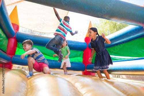 Fotomural Friends jumping on bouncy castle