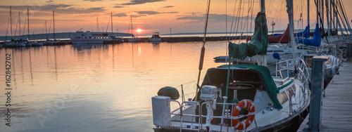 Fotografia  sailboats at sunrise in marina