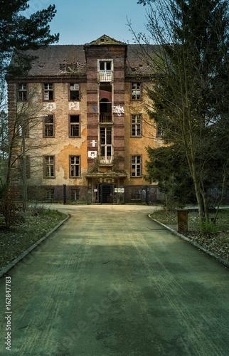 Photo sur Toile Ancien hôpital Beelitz altes Krankenhaus