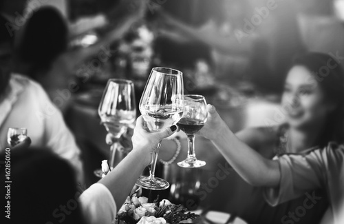 Fotografía  People clink glasses with wine after toast at the party