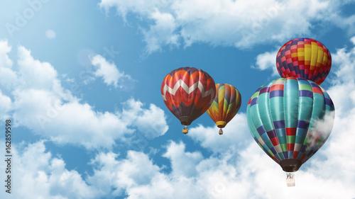 Tuinposter Ballon Mehrere Heißluftballons fliegen vor einem blauen bewölkten Himmel bei Sonnenuntergang