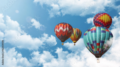 Poster Ballon Mehrere Heißluftballons fliegen vor einem blauen bewölkten Himmel bei Sonnenuntergang