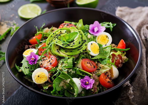 Foto auf AluDibond Gericht bereit Diet menu. Healthy salad of fresh vegetables - tomatoes, avocado, arugula, egg, spinach and quinoa on a bowl.