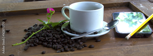 Photo sur Plexiglas Zen pierres a sable Coffee cup and coffee beans on wooden background.