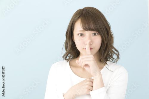 女性 秘密 内緒のポーズ ブルーバック Wallpaper Mural