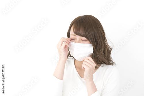 Valokuva  マスクの女性 眼が痒い 花粉症 風邪 汎用