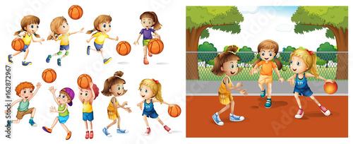 Dziewczyny i chłopcy grający w koszykówkę