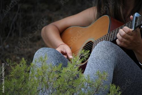 jouer de la guitare acoustique classique Tapéta, Fotótapéta