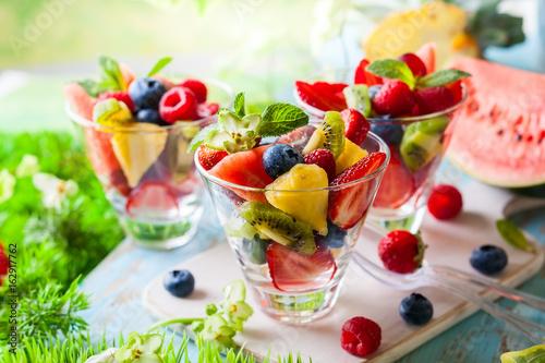 Foto op Aluminium Vruchten Fruit and berry salad