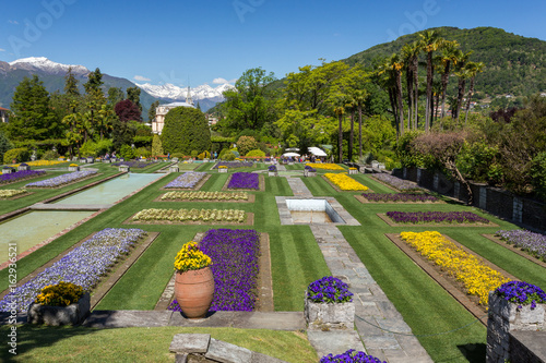 Jardin fleuri en terrasse - Buy this stock photo and explore similar ...