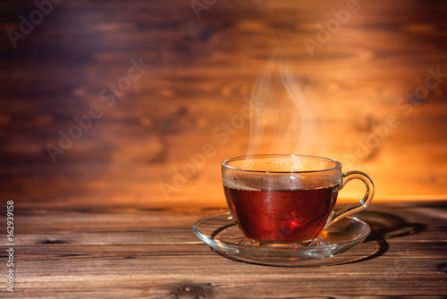 La pose en embrasure The cup of tea on dark wooden background, close up