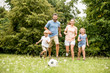 Leinwandbild Motiv Familie spielt zusammen Fußball