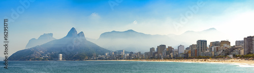 Photo sur Aluminium Rio de Janeiro Panoramic landscape of the beaches of Arpoador, Ipanema and Leblon in Rio de Janeiro with sky and the hill Two brothers, Vidigal, and Gávea stone in the background