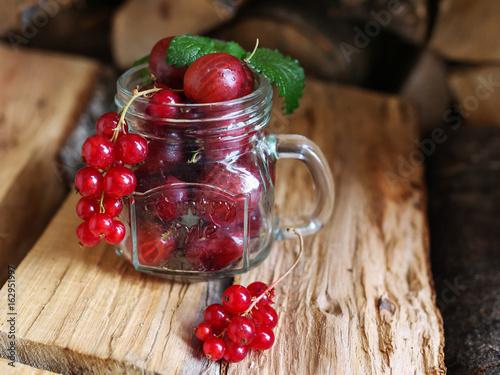 czerwone-owoce-w-szklanym-kubku-z-uchwytem