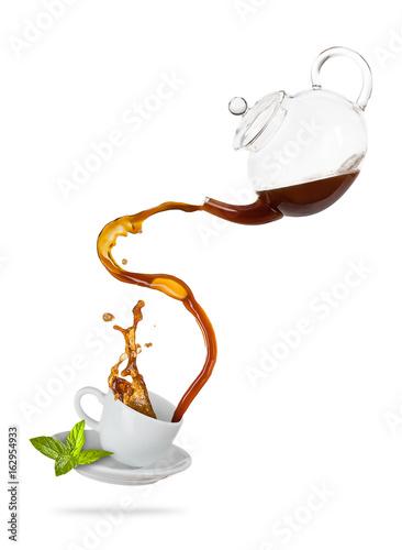 Plakat Porcelaine biała filiżanka z chełbotanie herbatą, oddzielał na białym tle.