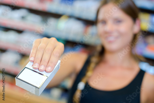 Fotomural lady working the till in a tobacconists