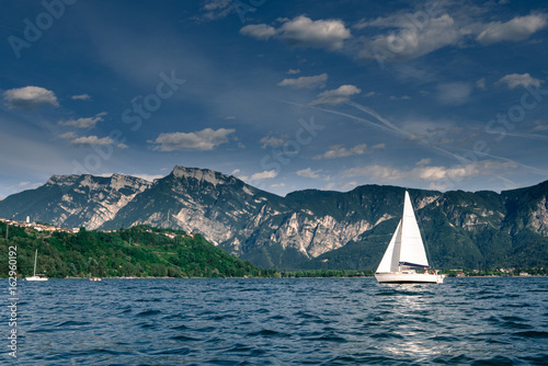 Poster Zeilen Sailing yacht against mountain range