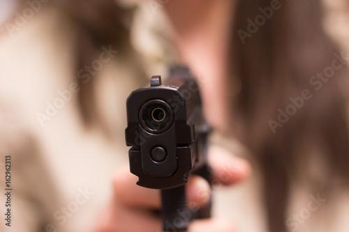 Photo Mujer apuntando con una pistola