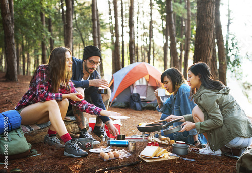 In de dag Kamperen Friends Camping Cooking Breakfast Concept