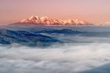 panorama ponad mglistą Wyżyną Spiszską do zaśnieżonych Tatr rano, krajobraz Polski i Słowacji - 162982191