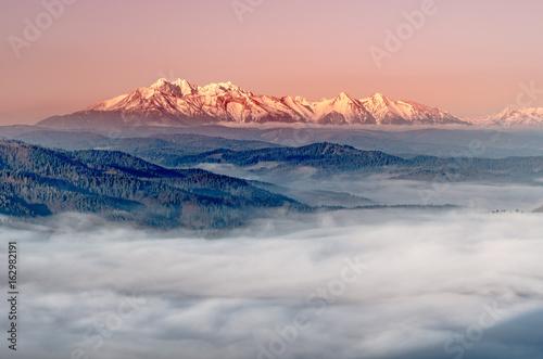 piekna-mglista-panorama-na-osniezone-gory-polska-oraz-slowacja